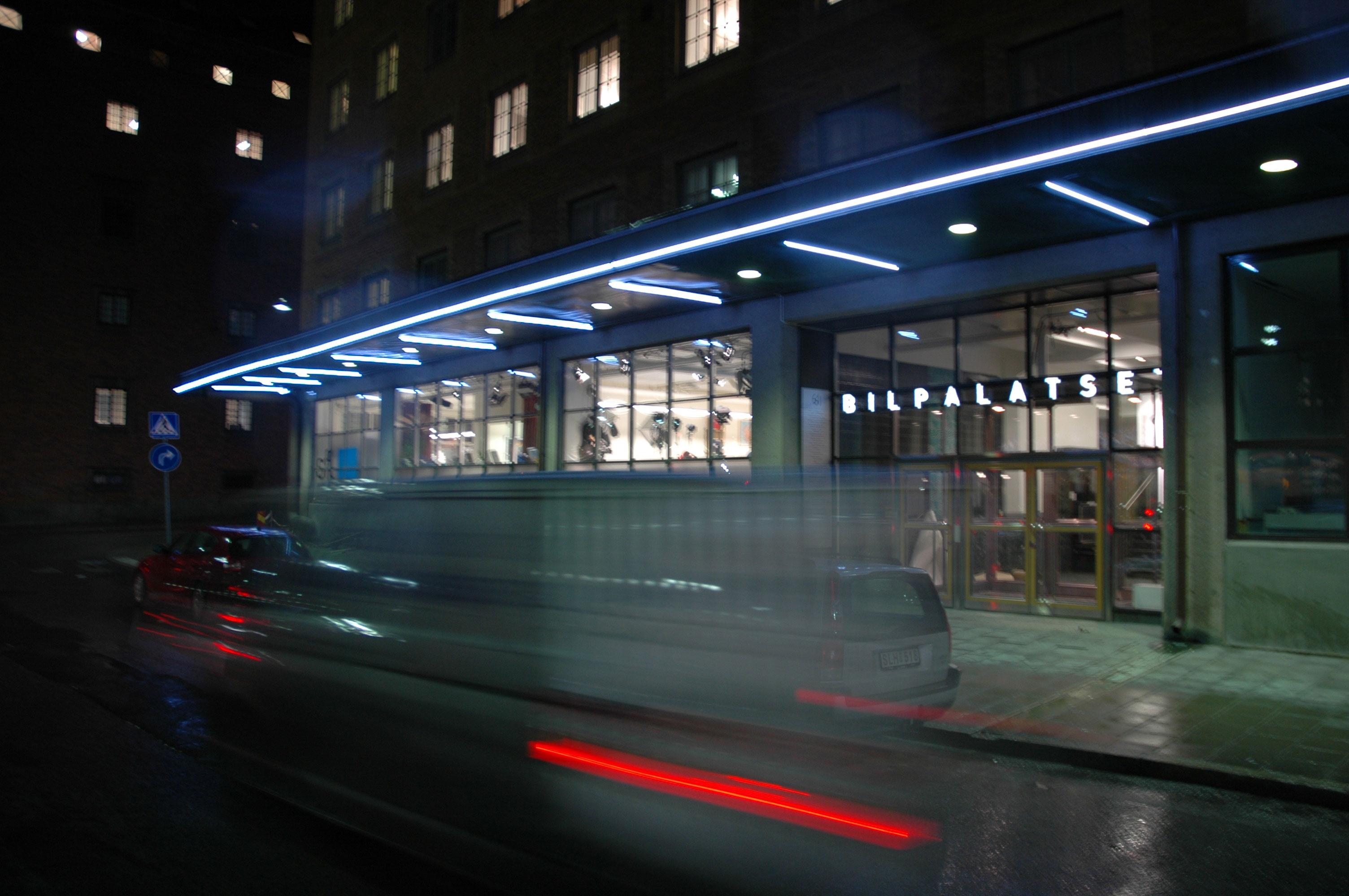 Ljusspår i natten utanför bilpalatset
