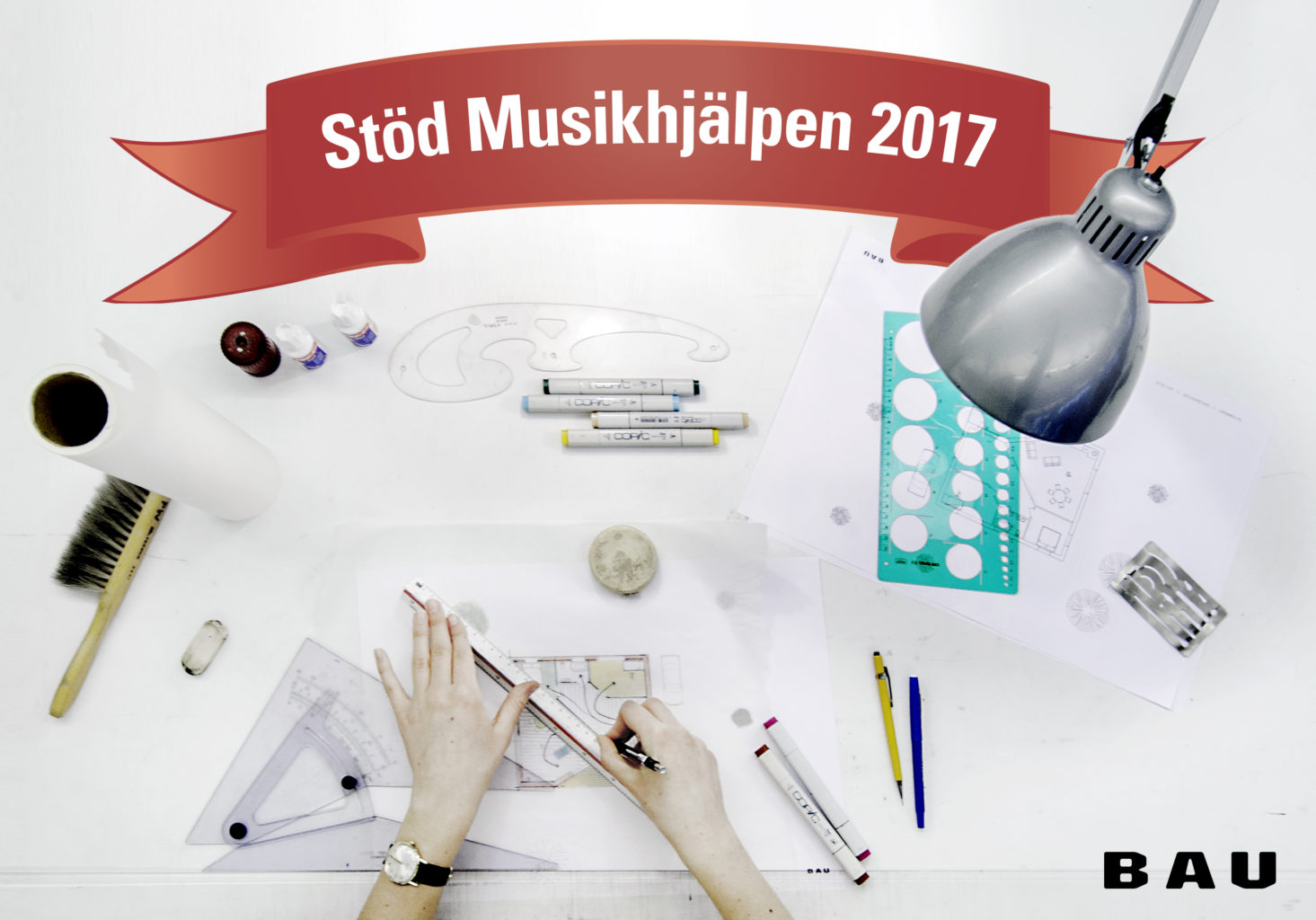 En arkitekts arbetsplats, händer och ritverktyg