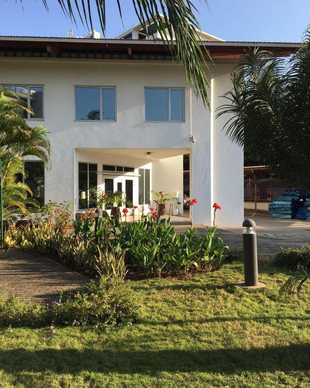 På uppdrag! 1997 invigdes den gemensamma ambassaden för Finland och Sverige i Dar es Salaam, Tanzania. Ursprungsarkitekter var Tina Wik och Gunnar Mattsson.  Den här veckan är det dags för BAU, som nu har uppdraget som husarkitekt för moderna ambassadanläggningar SFV utrikes, att inventera inför framtida underhållsarbeten av kontors- och möteslokaler. Samtidigt uppmärksammas och dokumenteras arbeten som behöver planeras i det längre perspektivet.   I kontrast till det begynnande höstrusket runt kontoret på Gävlegatan är det 30-gradig värme och frodig grönska i Dar es Salaam. Växtligheten prunkar året om.   #statensfastighetsverk #daressalaam #bau #byrånförarkitekturochurbanism